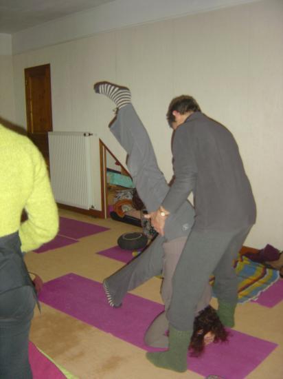 Salle de Yoga à Argenton - approche de la posture sur la tête
