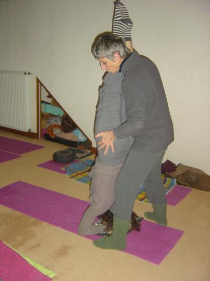 Salle de yoga à Argenton : posture sur la tête