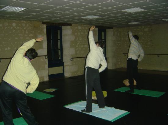 Salle de yoga (Le Blanc) : posture ardha chandrasana